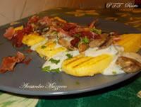 Crostoni di polenta con crema di gorgonzola, funghi e speck