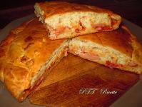 Focaccia con gorgonzola, wurstel e sugo ad impasto molle