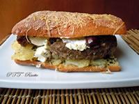 Panini imbottiti al forno, hamburger e patate