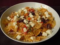 Pasta con cipolle, pomodorini e treccione affumicato