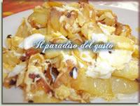 Patate fritte con uova e cipolle