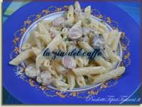 Penne con panna, piselli, pancetta, funghi e wurstel