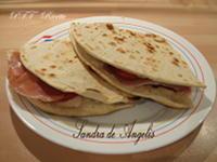 Piadina con stracchino, pomodori e prosciutto crudo