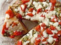 Pizza alta ripiena con pomodori, zucchine e mozzarella