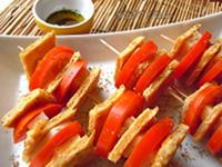 Spiedini di cecina, pomodori e treccione affumicato