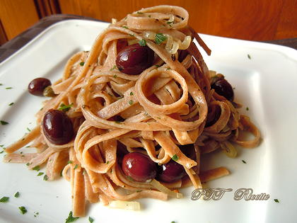 Linguine capperi, olive e scalogni