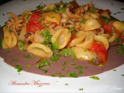 Orecchiette con calamaretti e filetti di pomodoro su crema di olive nere