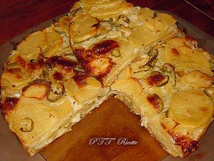 Torta salata di patate, peperoni verdi e mozzarella