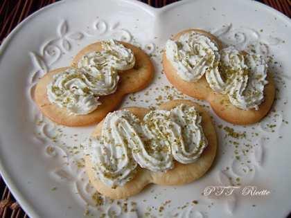 Antipasto di formaggio caprino su cracker