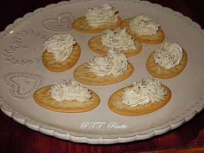Antipasto di formaggio caprino su crackers