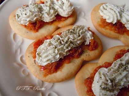 Antipasto piccante di formaggio caprino su cracker