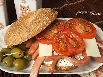 Bagel con wurstel pomodoro e formaggi