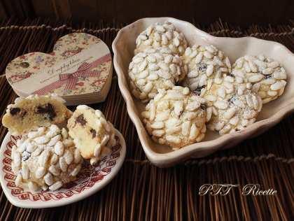Biscotti al cocco con riso soffiato e cioccolato