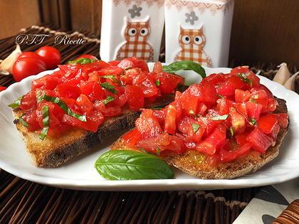 Bruschette al pomodoro e pomodorini