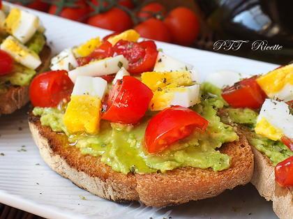 Bruschette con avocado, uova e pomodorini