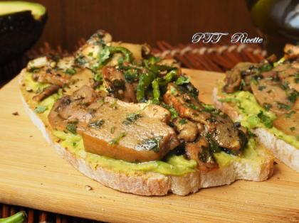 Bruschette con funghi e crema di avocado