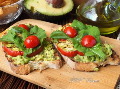 Bruschette con melanzane rosse grigliate e crema di avocado
