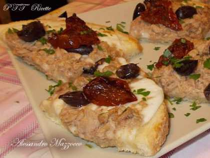 Bruschette con mozzarella, tonno, pomodori secchi e olive di Gaeta