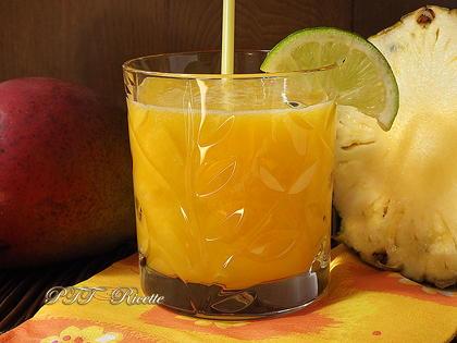 Centrifugato di ananas e mango al lime