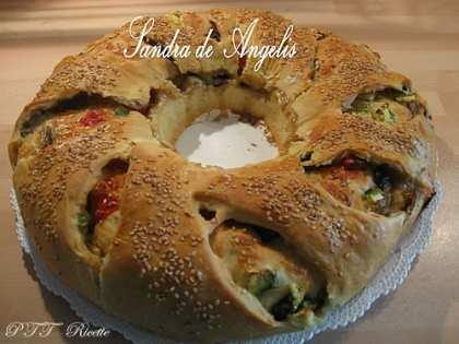 Ciambella rustica con zucchine, funghi, pomodori e formaggio