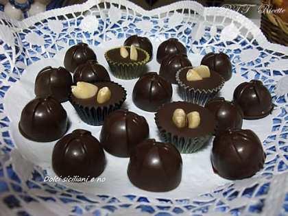 Cioccolatini con mandorle e cioccolatini con nocciole