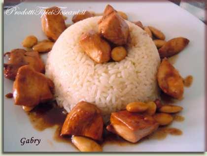 Corona di riso con bocconcini di pollo alle mandorle