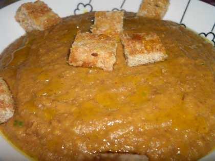 Crema di lenticchie con crostini all'aglio
