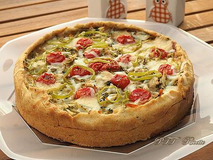 Crostata salata con zucchine, peperoni arrostiti, olive, scamorza e mozzarella