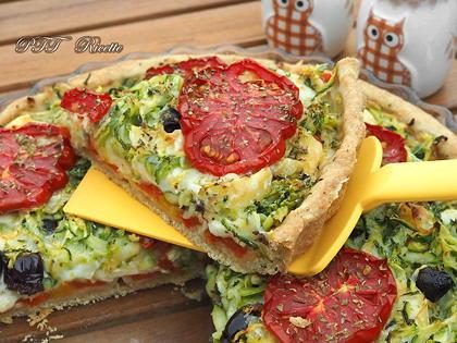 Crostata salata formaggiosa con zucchine e peperoni