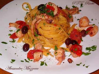 Fettuccine con polpo, olive e pomodorini