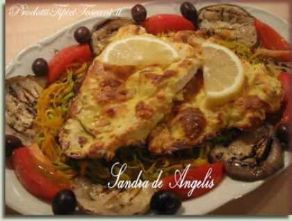 Filetto di pollo dorato al forno su letto di verdure