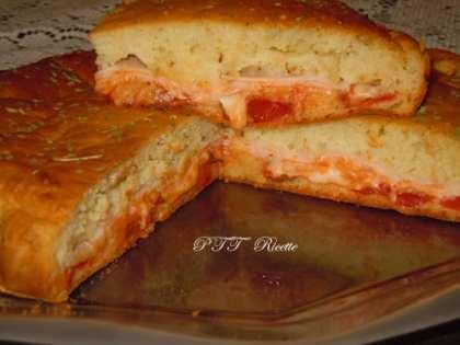 Focaccia ad impasto molle con petto di pollo al forno, provolone e sugo