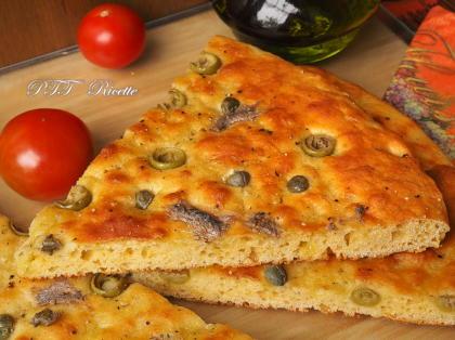 Focaccia ai ceci con acciughe sottolio, capperi e olive
