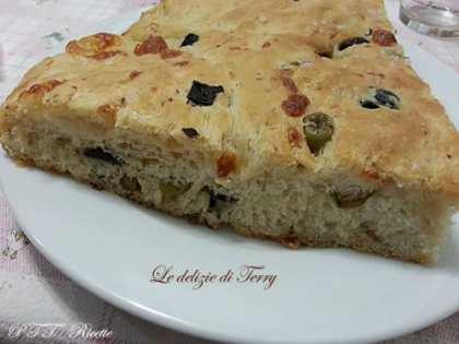 Focaccia con olive e mozzarella