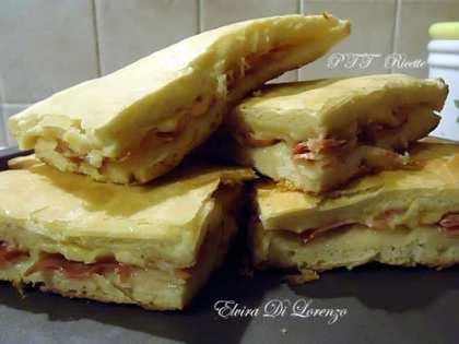 Focaccia con pancetta e formaggio filato