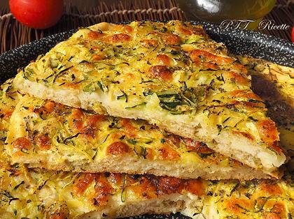 Focaccia con patate, zucchine, olive e mozzarella