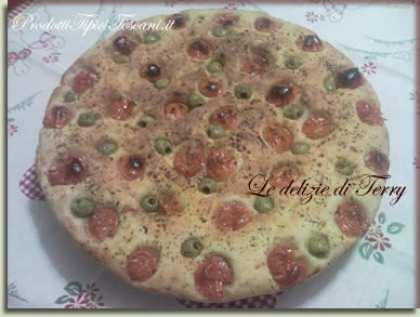 Focaccia con pomodori, olive e origano