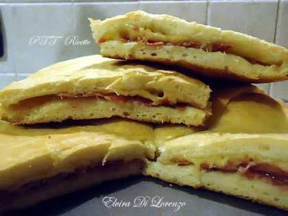 Focaccia con salame e formaggio filato