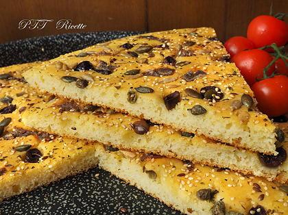 Focaccia di semola veloce con acciughe e olive