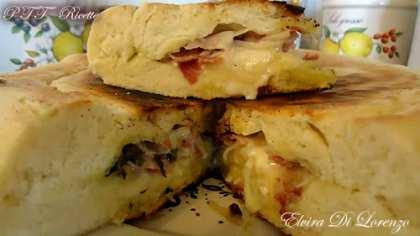 Focaccia in padella con pancetta, asparagi e stracchino