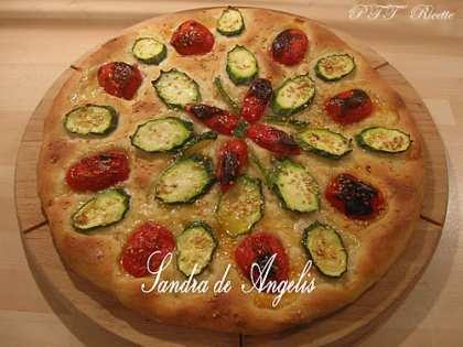 Focaccia pomodori, zucchine e sesamo