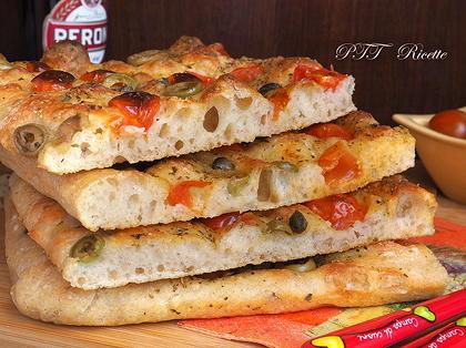 Focaccia senza impasto con pomodorini e olive