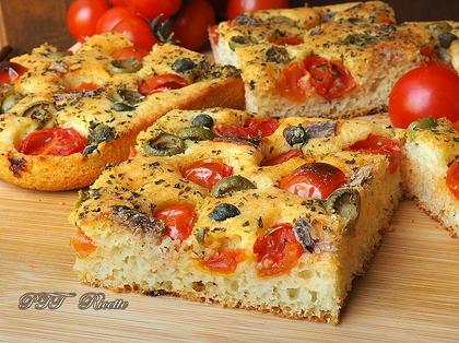 Focaccia veloce con pomodorini, acciughe e olive