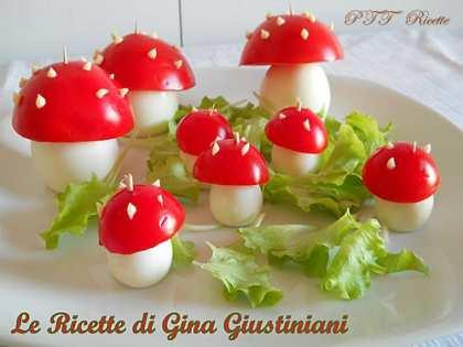Funghi di uova e pomodori