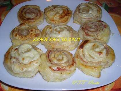 Girelle di pasta sfoglia con sottilette e cotto
