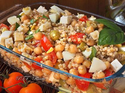 Insalata di grano saraceno, con pomodorini, uova, feta, ceci, olive