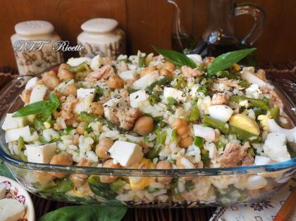 Insalata di riso, ceci, feta, fagiolini, uova, tonno