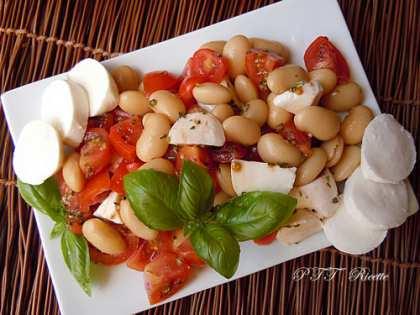 Insalata estiva di pomodori, fagioli e mozzarelline