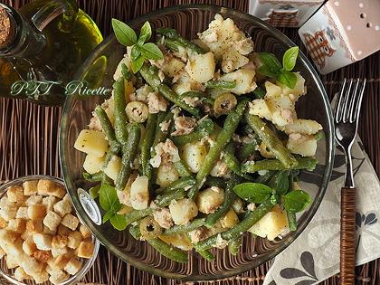 Insalata fresca di fagiolini, tonno, patate e olive