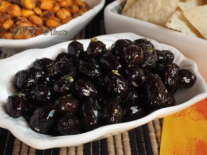Olive nere essiccate e condite con olio, aglio e basilico
